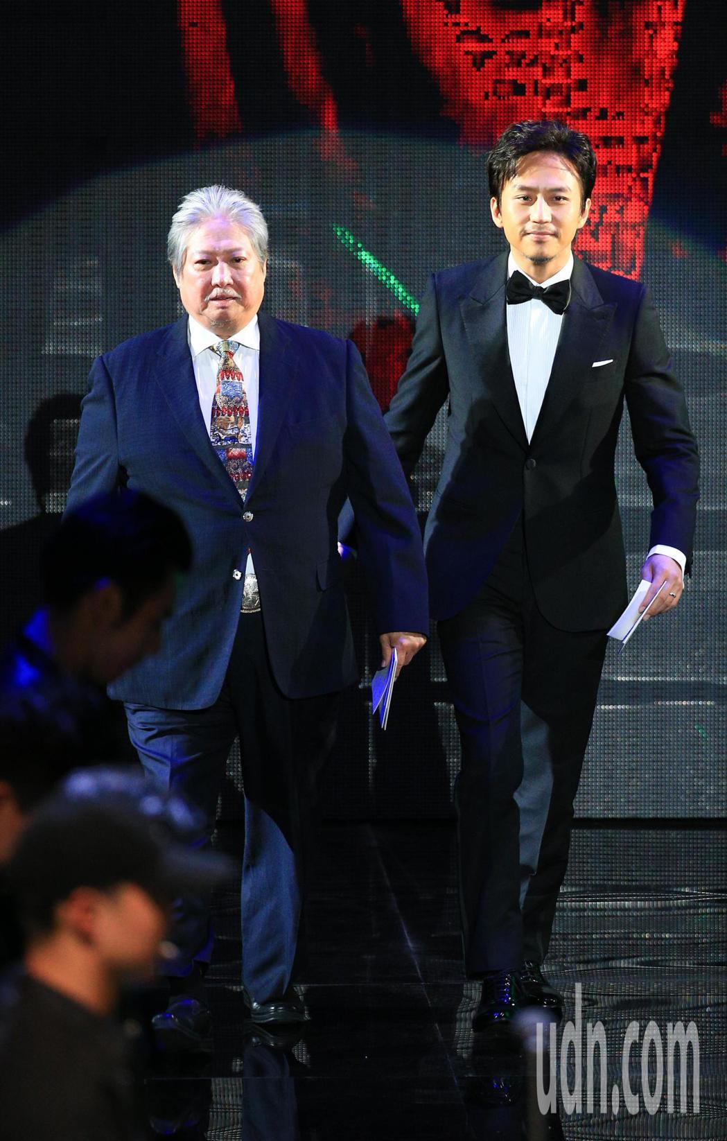 第55屆金馬獎頒獎典禮,洪金寶(左)、鄧超(右)擔任頒獎人。記者林伯東/攝影