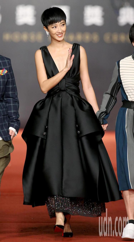 桂綸鎂穿戴香奈兒黑色緞面釦飾多層次刺繡蕾絲洋裝及珠寶。圖/記者陳立凱攝影