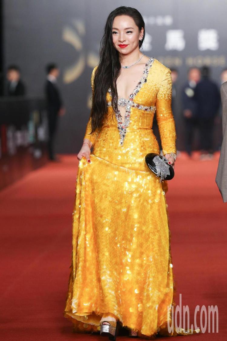 穿miu miu金色禮服的曾美慧孜,布滿寶石與亮片的細節讓她身旁像是圍了一圈光暈...