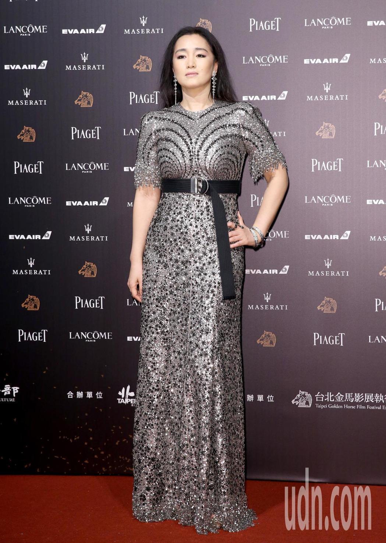 擔任本次評審團主席的鞏俐以一身Givenchy銀色亮片禮服搭配Boucheron...