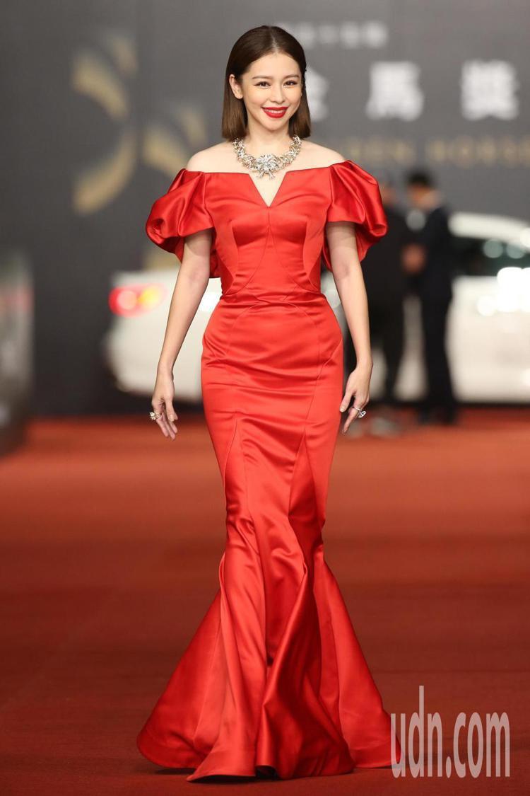 徐若瑄穿上一襲大紅色的ZAC POSEN禮服燈上紅毯,雖不同於電影中講述的「人面...