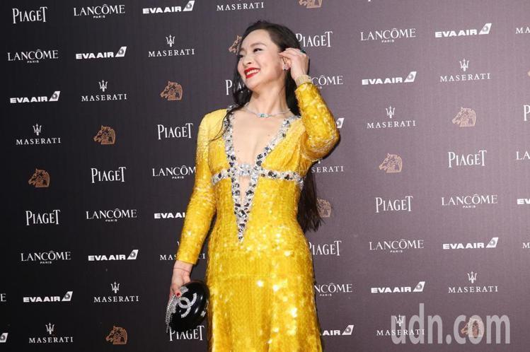 曾美慧孜一身miu miu金黃色的亮片禮服閃閃發光,胸前超深V的剪裁和寶石裝飾充...