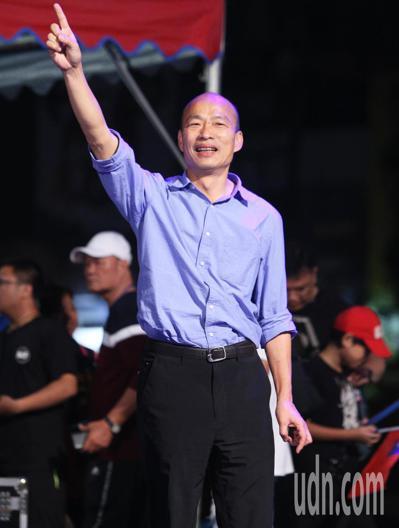 國民黨高雄市長候選人韓國瑜昨晚在鳳山舉辦超級星期六造勢晚會,現場湧進十萬人。記者...