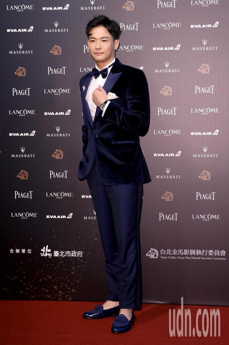 第55屆金馬獎紅毯主持人劉傑中,也在絲絨西裝外套上,別上V字的彩虹胸章。圖/本報...