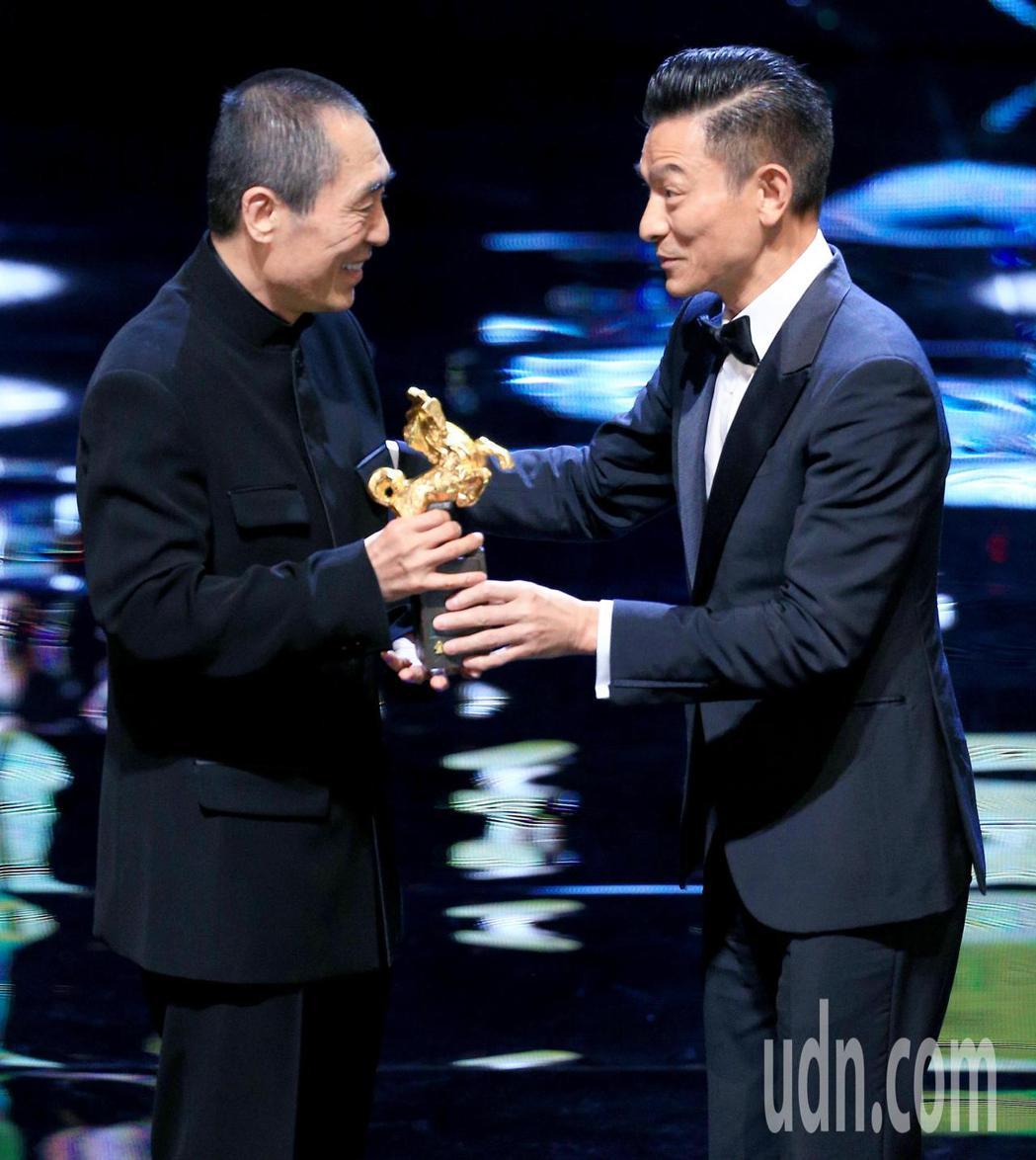第55屆金馬獎頒獎典禮,張藝謀(左)以「影」獲頒最佳導演,接受劉德華(右)頒獎。...