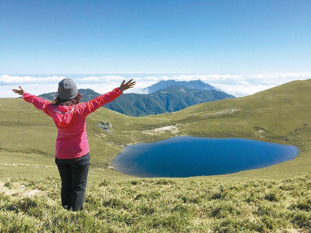 2017年10月,蔡媽媽登上嘉明湖,欣賞「天使的眼淚」。 圖/蔡媽媽提供