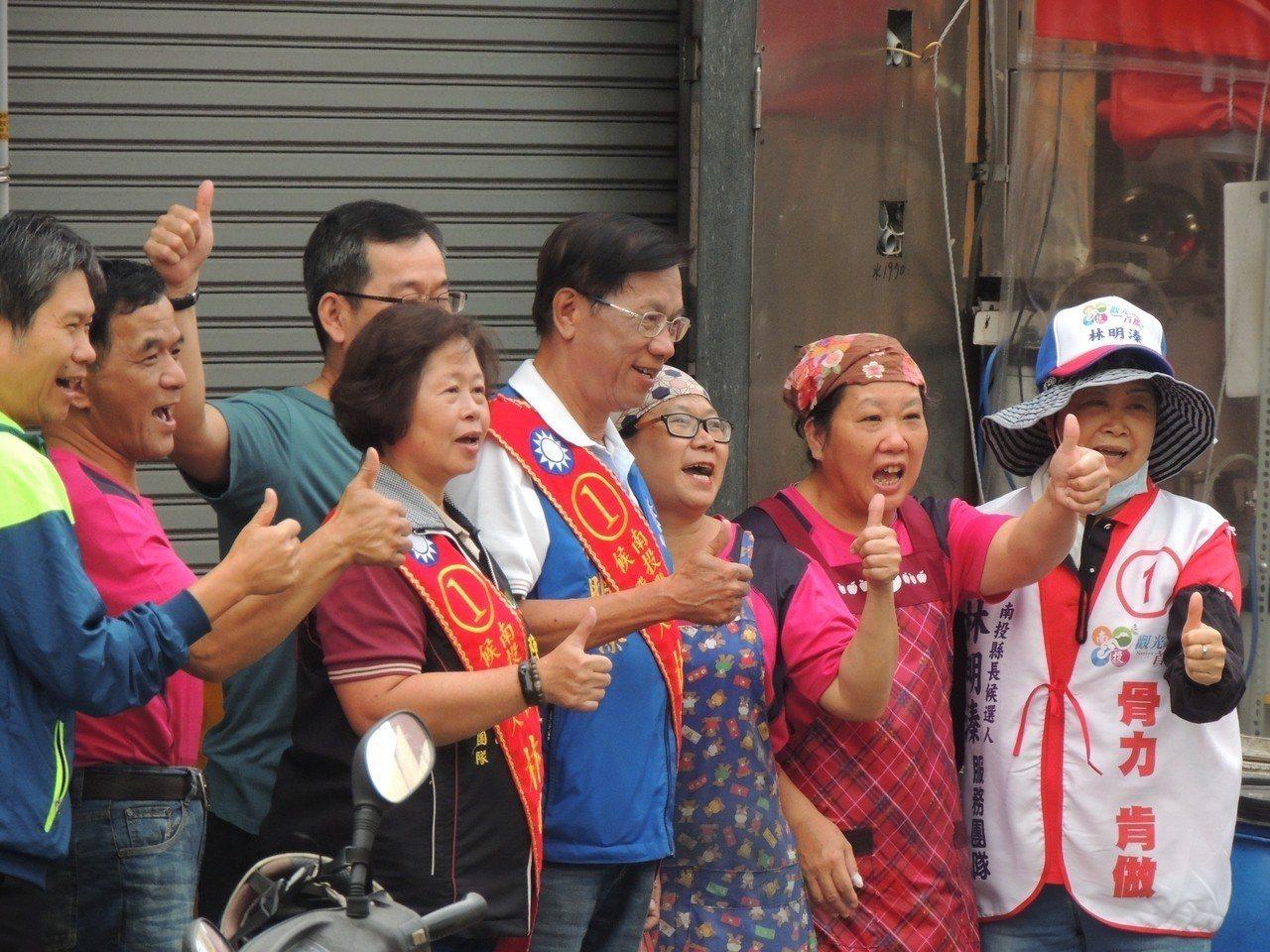 國民黨南投縣長候選人林明溱掃街拜票,不少支持者搶著合照。 圖/林明溱競選總部提供