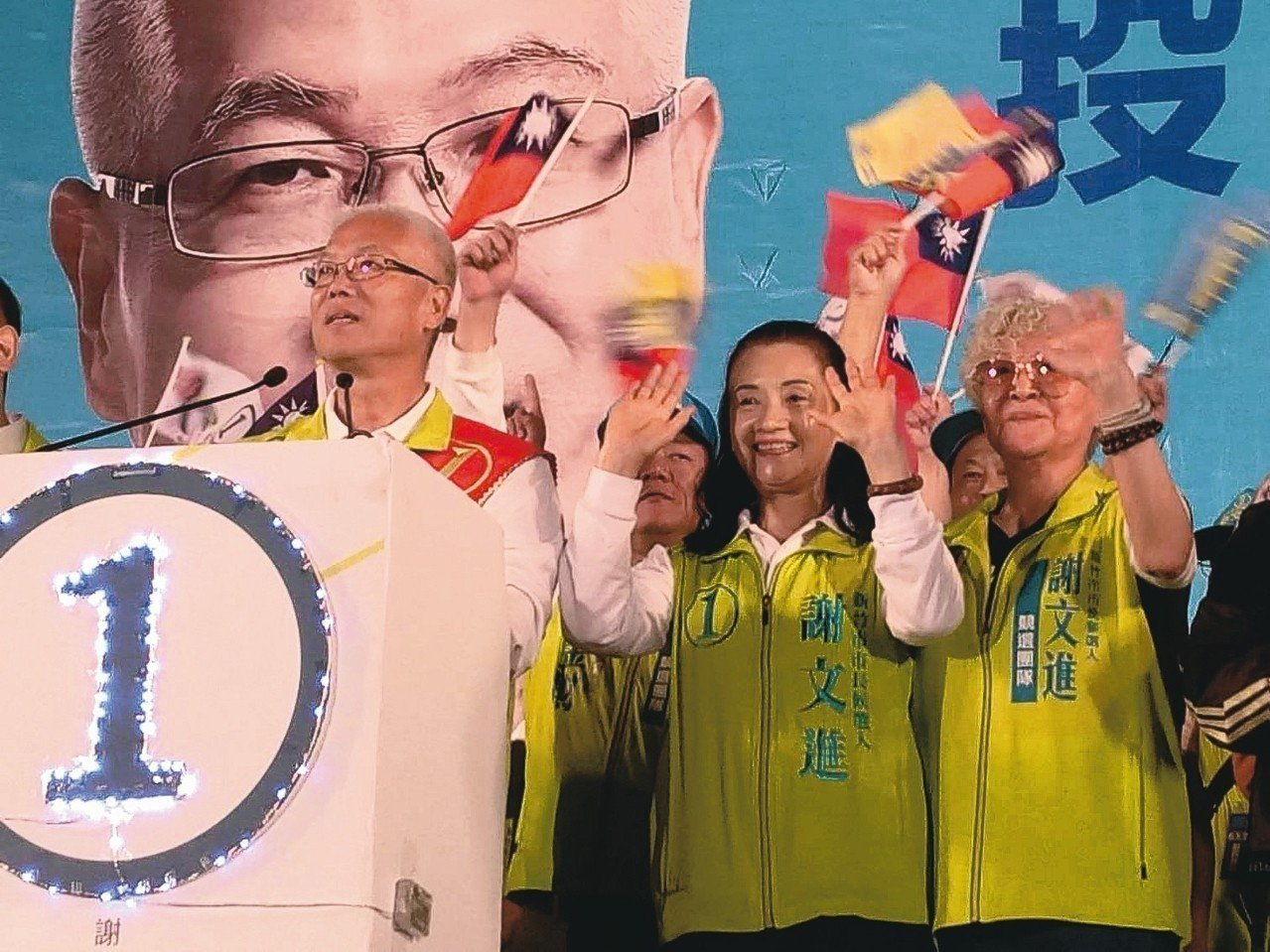 柯建銘妻子林道春(右一)昨晚為新竹市無黨籍市長候選人謝文進(左一)站台力挺。 記...