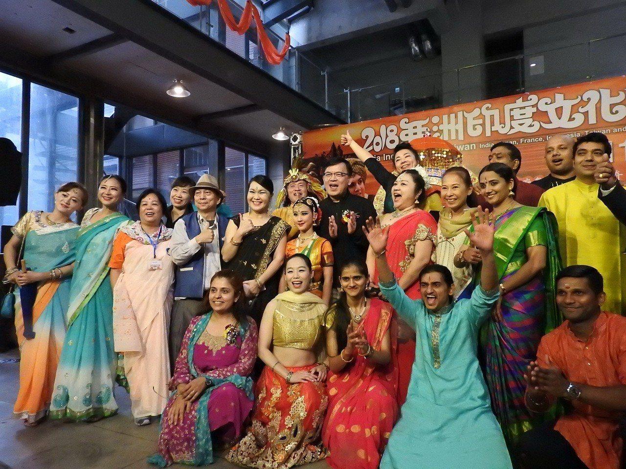2018亞洲印度文化節踩街遊行因雨取消,現場的表演者和參加的民眾仍然十分熱情。記...
