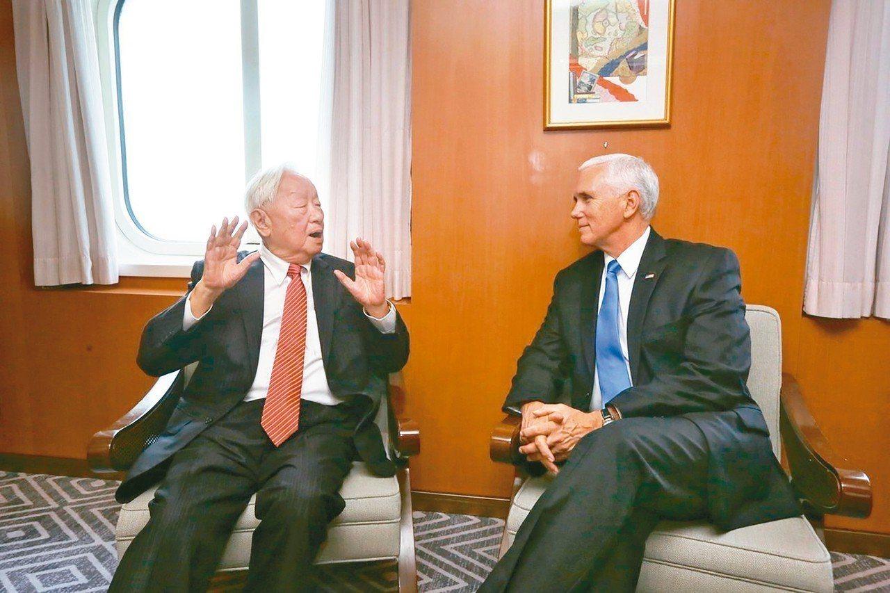 我APEC領袖代表張忠謀(左)與美國副總統潘斯(右)舉行場邊會談。 圖/取自外交...