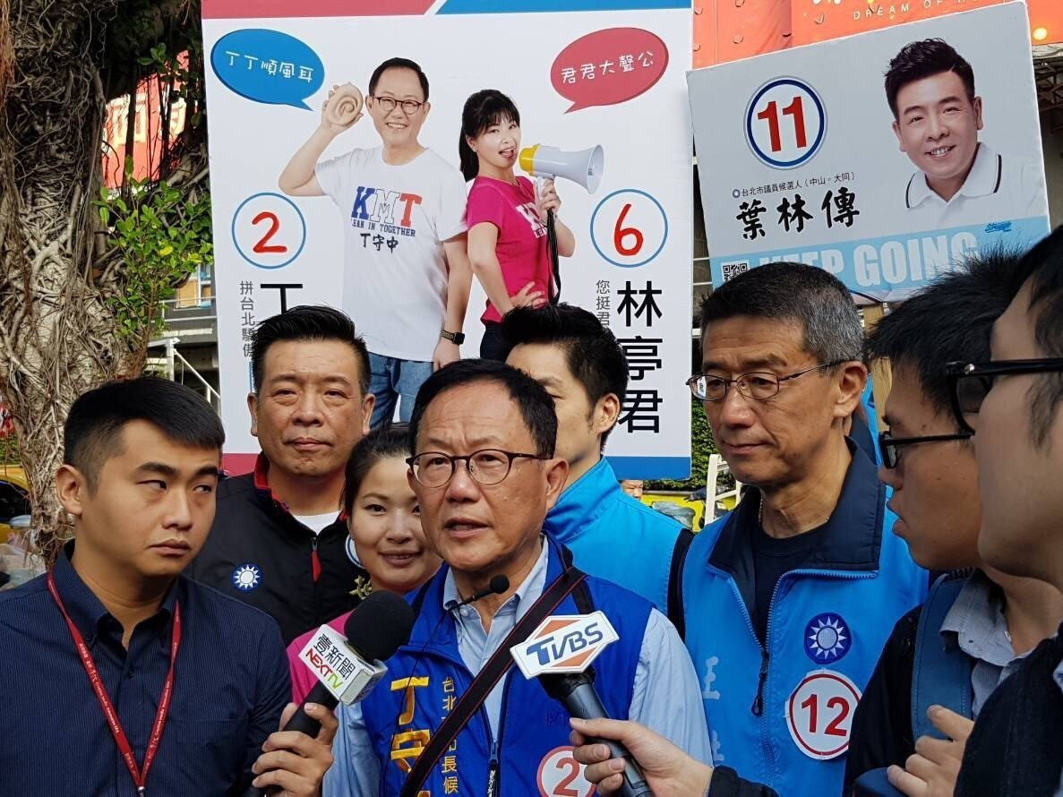 國民黨台北市長候選人丁守中(中)今早赴濱江市場掃街。圖/丁守中競選辦公室提供