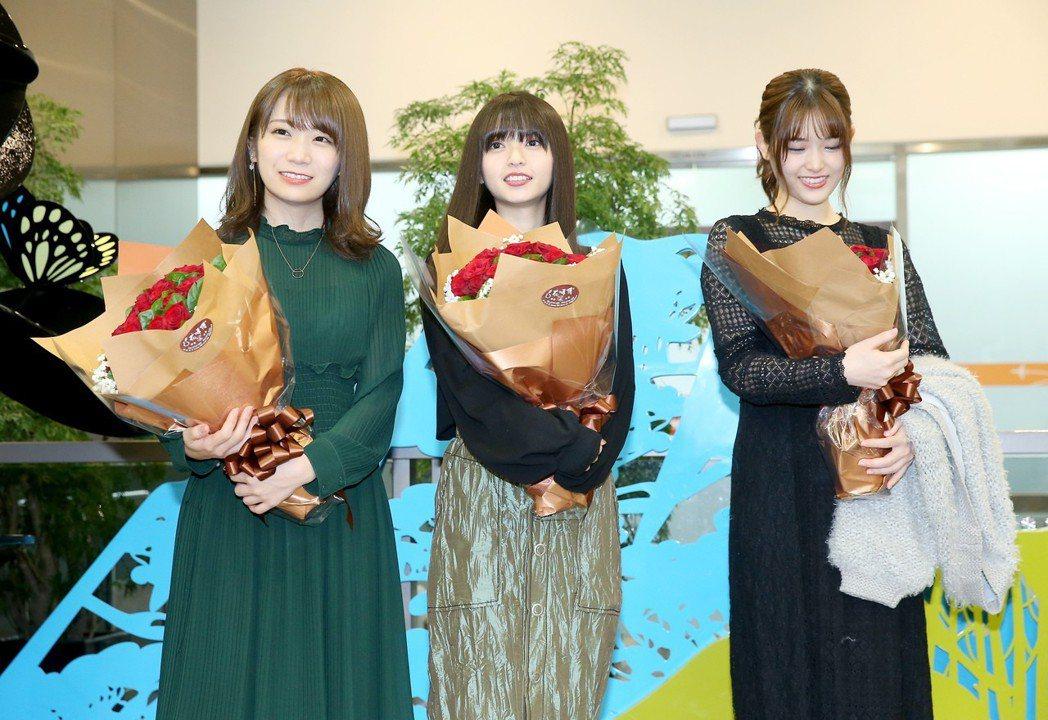 日本女子偶像團體 「乃木�」成員秋元真夏(左起)、齋藤飛鳥、松村沙友理昨天中午從...