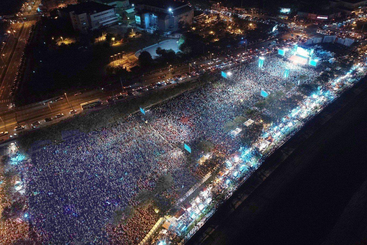 民進黨高雄市長候選人陳其邁晚間在岡山舉行造勢晚會,宣布到場參加民眾超過10萬人。...