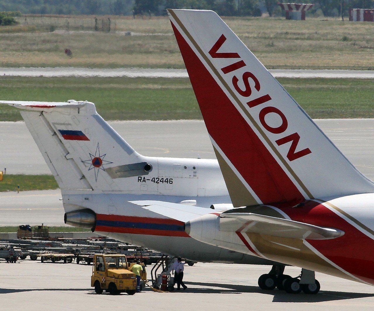 2010年7月,來自美國和俄羅斯的飛機停在維也納機場進行換囚。(美聯社)