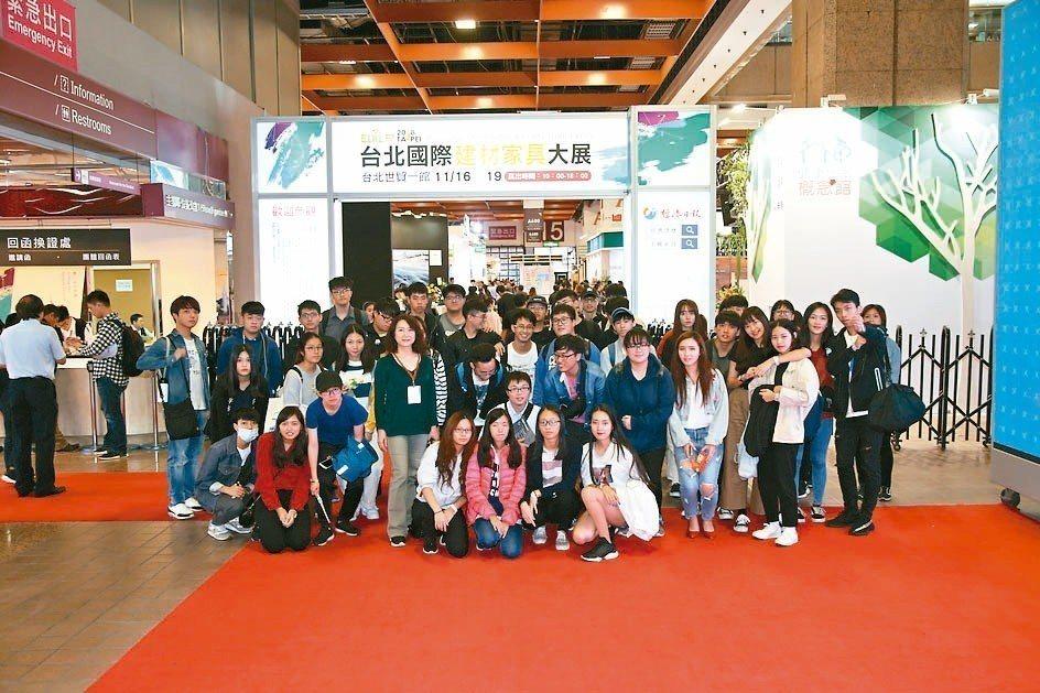 中國科技大學室內設計系參訪台北建材家具展。 毛洪霖/攝影