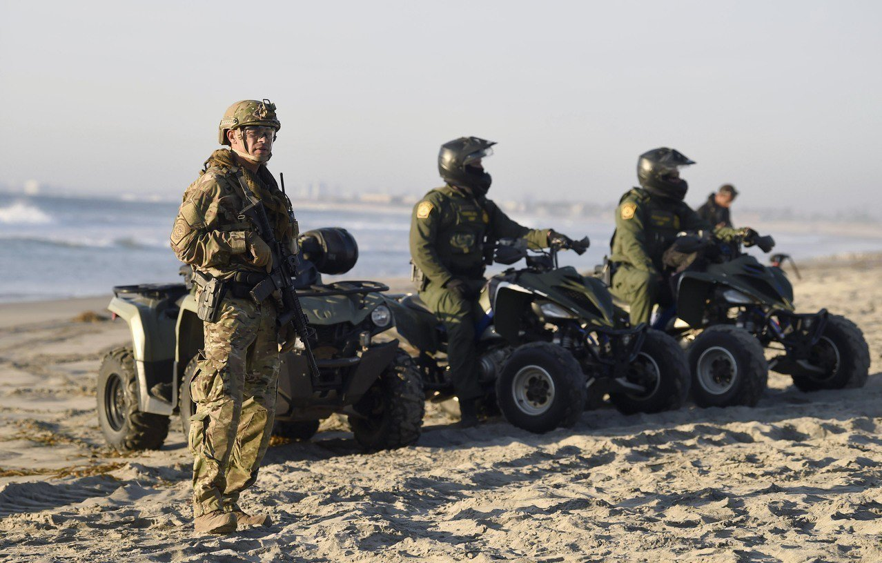 這些派駐邊境的軍人錯過了與家人過感恩節,更有可能在聖誕節也回不了家。 法新社