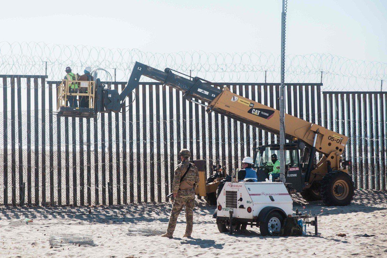 川普在選前不久下令派遣1萬5000名士兵戍守美墨邊境。 法新社