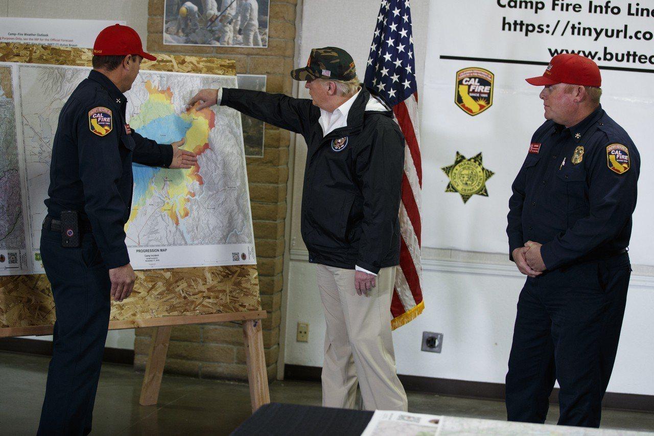 許多山火倖存者忙著求助,沒空管川普來巡。 美聯社