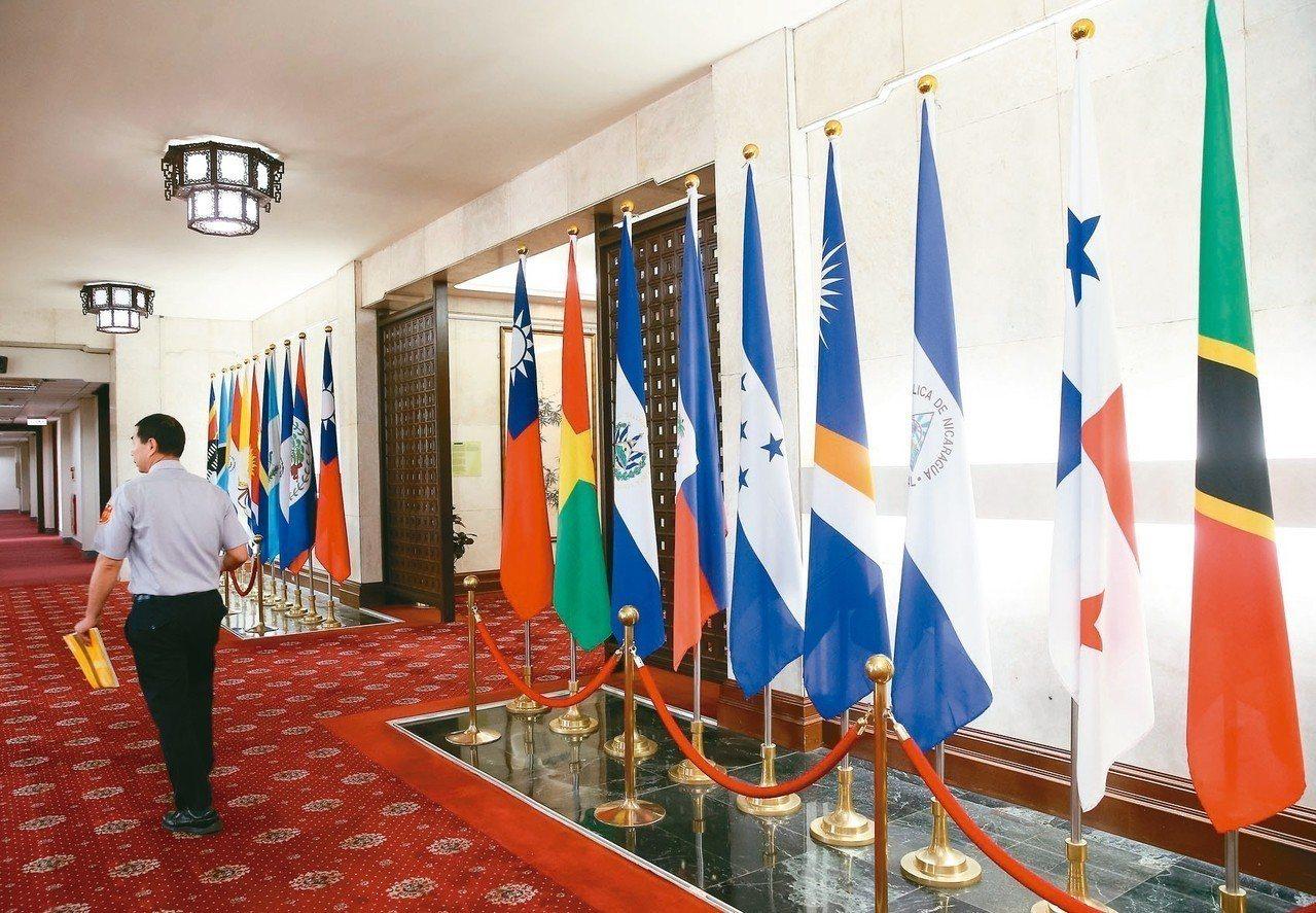 外交官在大多數人心目中形象優雅,必須精通多種語言,嫻熟他國情勢,長於互動談判,也...