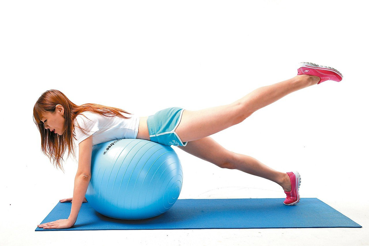 醫師說不少常做瑜珈地板運動、愛穿緊身褲的人,因腹部壓力增加,釀成胃食道逆流。 圖...