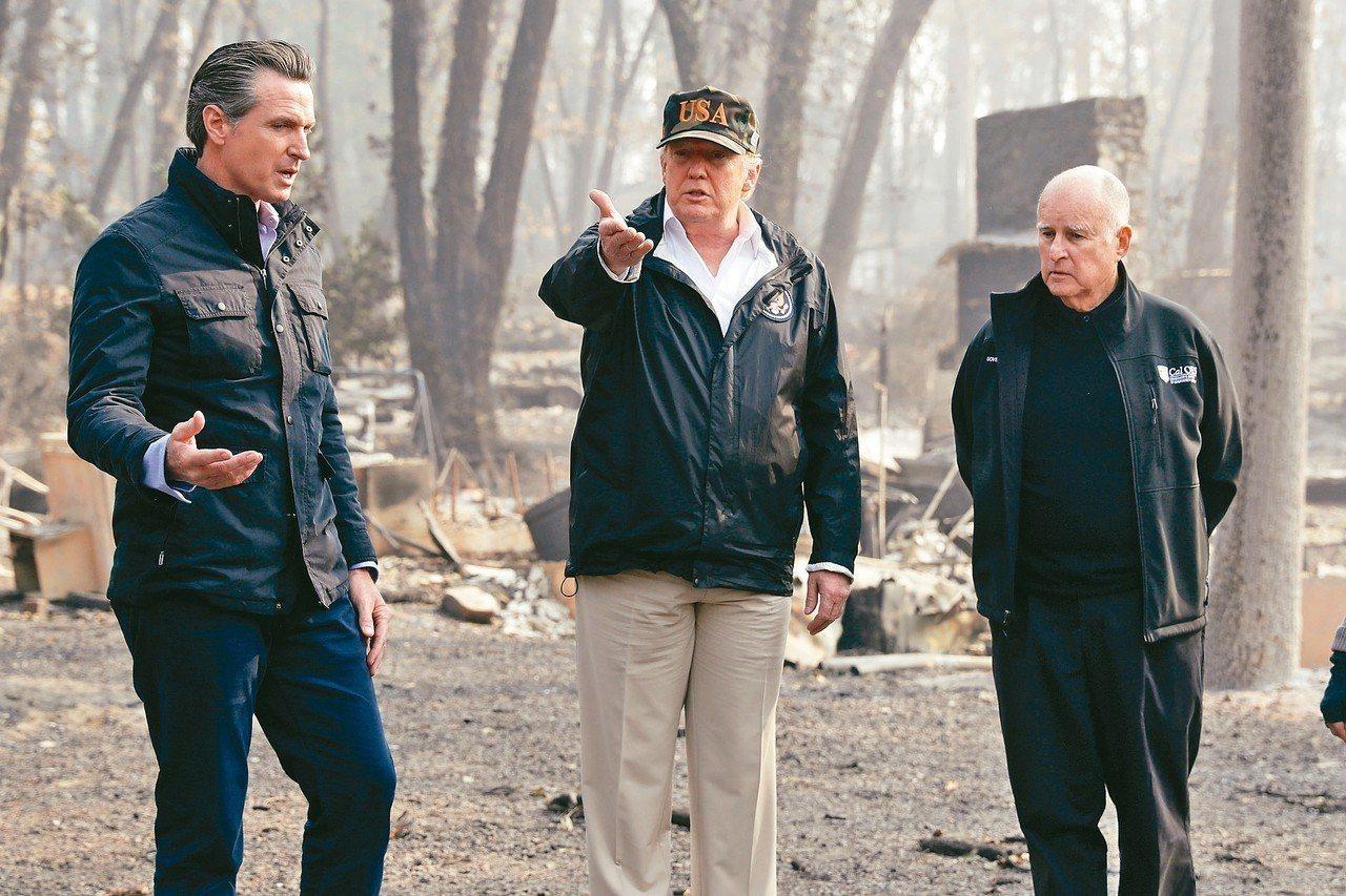 美國總統川普(中)視察災區,加州州長布朗(右)與下任州長當選人紐森陪同。 美聯社