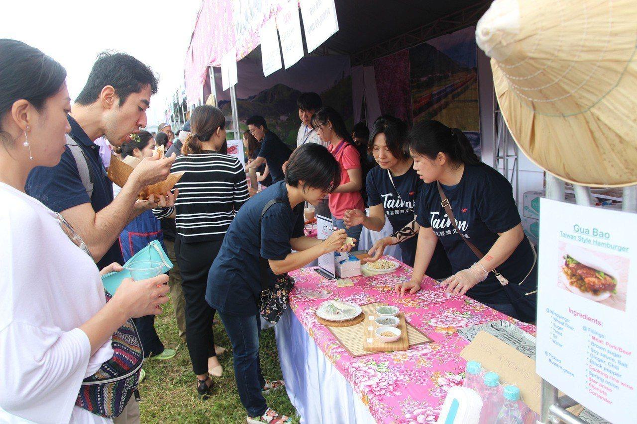 越南河內國際婦女俱樂部(HIWC)18日在當地舉行慈善義賣活動,駐越南台北經濟文...