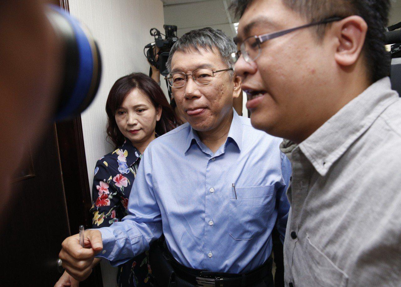 台北市長選舉第二次公辦政見發表會下午在新台北有線電視舉行,柯文哲抽中的第一順位發...