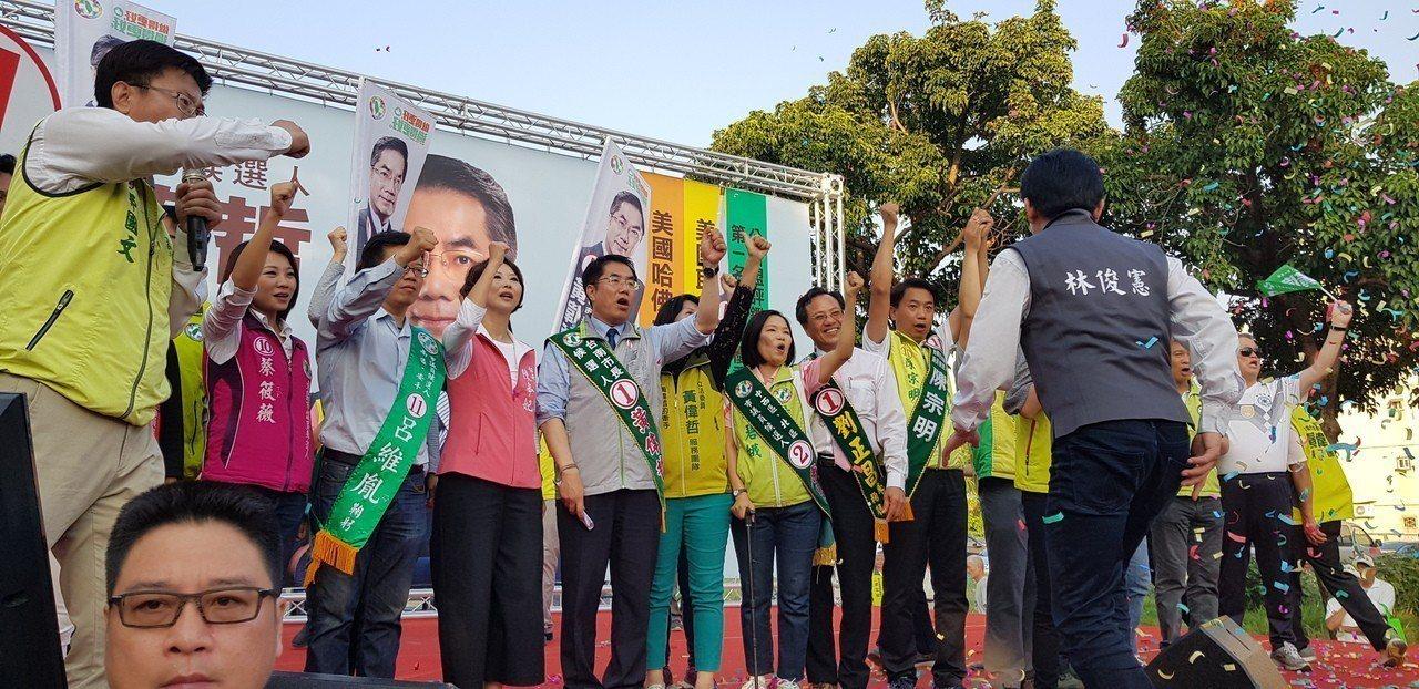 民進黨台南市長候選人黃偉哲昨天在南區明和公園舉辦選前最後一場大型造勢活動。聯合報...