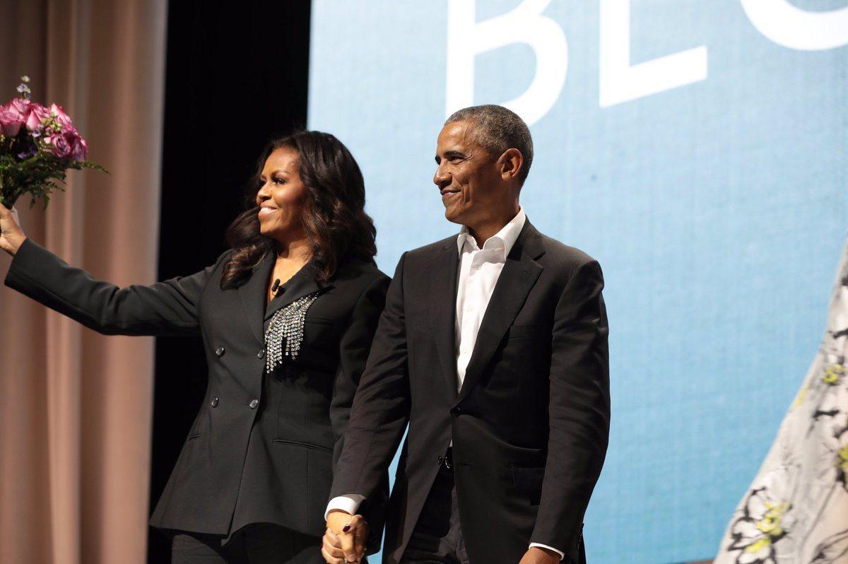 美國前總統歐巴馬(圖右)今天帶著粉紅玫瑰花束,現身蜜雪兒.歐巴馬(圖左)的打書會...