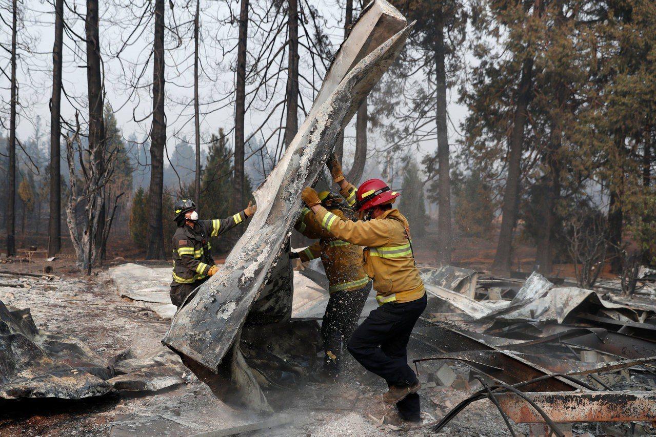 加州北部糟野火蹂躪的地區,處處是焚毀殘骸及嗆鼻煙霧。 路透社