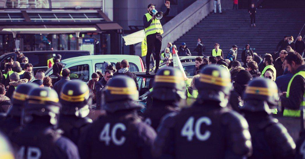 法國「黃背心」之亂:油價上漲引爆抗爭大癱瘓,1死229傷