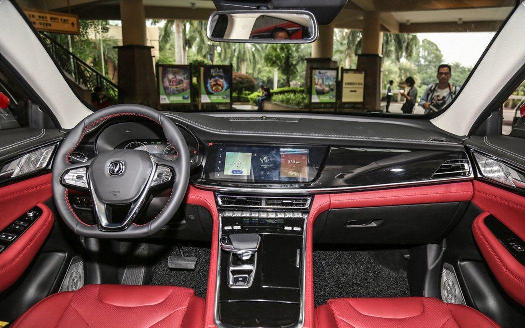 長安CS85實車內裝質感還算不錯,但方向盤徑似乎有點大。 摘自carscoops