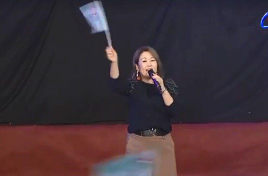 張秀卿受邀到陳其邁造勢晚會上演唱,卻口誤喊出對手的號碼。 圖擷自「爆廢公社」