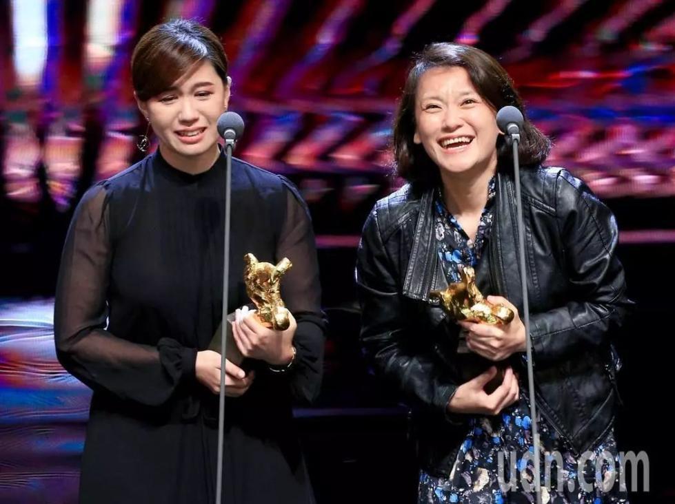 獲得最佳紀錄片獎的導演傅榆(左)在上台領獎時表示,「我希望我們的國家能夠被當作獨