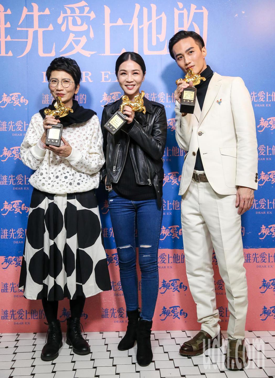 雷震卿(左起)、謝盈萱、李英宏三人開心慶功。記者鄭清元/攝影