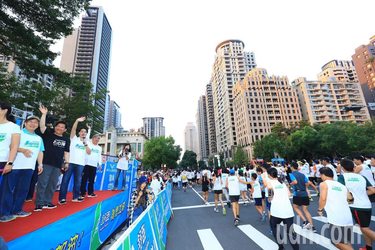 第37屆舒跑杯路跑今天登場,市長林佳龍(左三)等人鳴槍起跑。圖/台中市新聞局提供