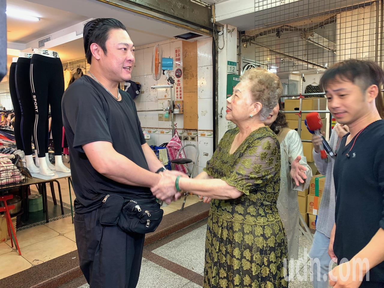 台北市長選舉進入最後倒數6天,柯媽何瑞英(右二)一早就到士林的華榮街攤集場、士東...