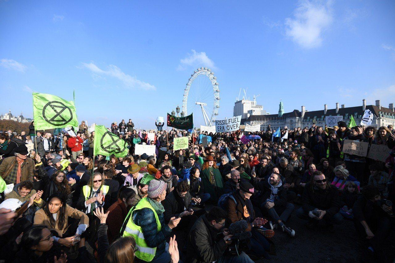 倫敦民眾阻礙五座聯外橋樑交通,抗議政府處理氣候變遷不力。歐新社