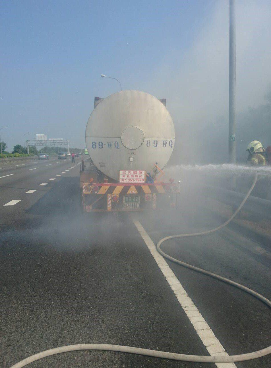 麻豆消防隊員趕抵冒險搶救,迅速將火勢撲滅。記者謝進盛/翻攝