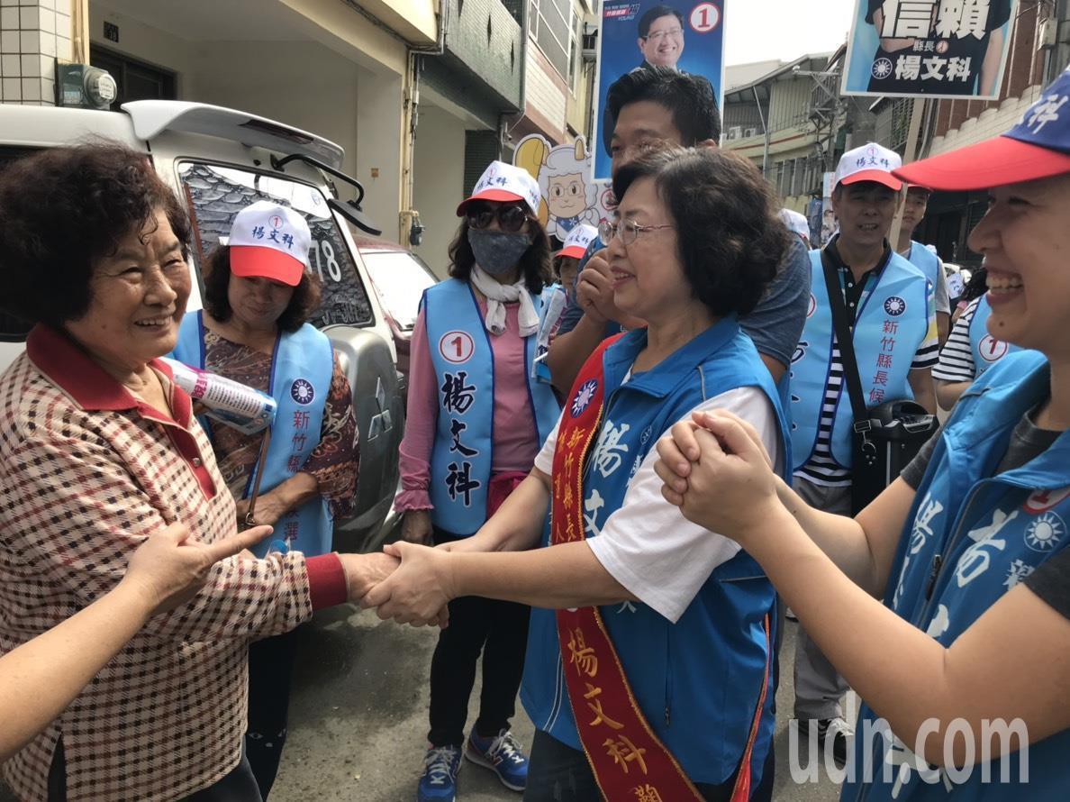 楊文科妻子甘秀美緊握每一位民眾的手,「拜託票投楊文科」。記者郭政芬/攝影