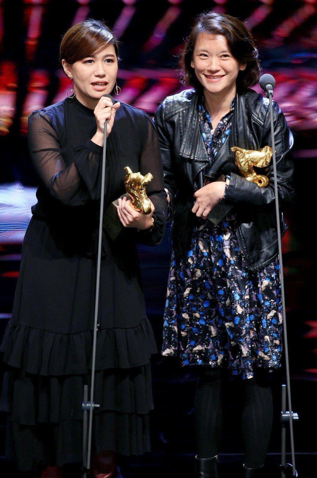 拿下第55屆金馬獎最佳記錄片獎,導演傅榆(左)的得獎感言惹議。 記者林伯東/攝影
