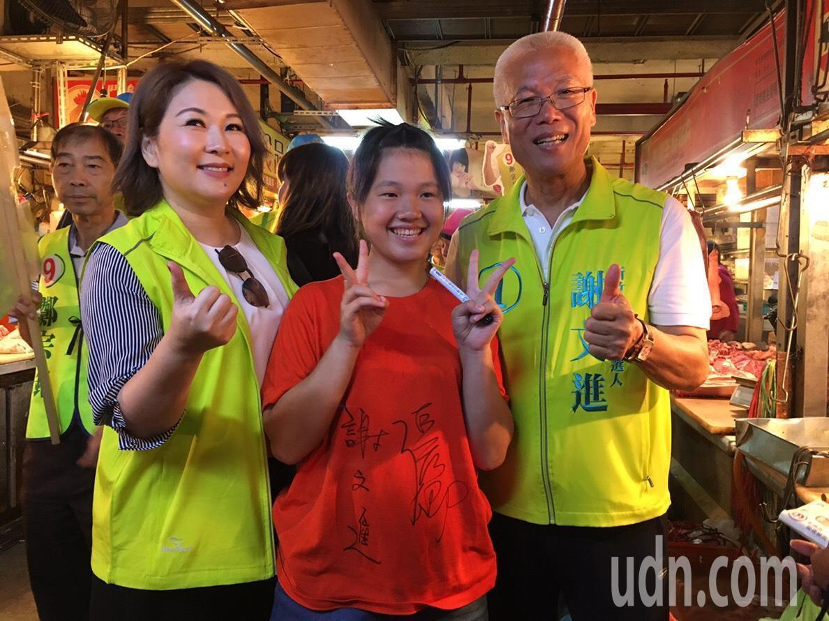 無黨籍新竹市長候選人謝文進(右)今天把握選前的超級星期日,在台語天后張秀卿(左二...