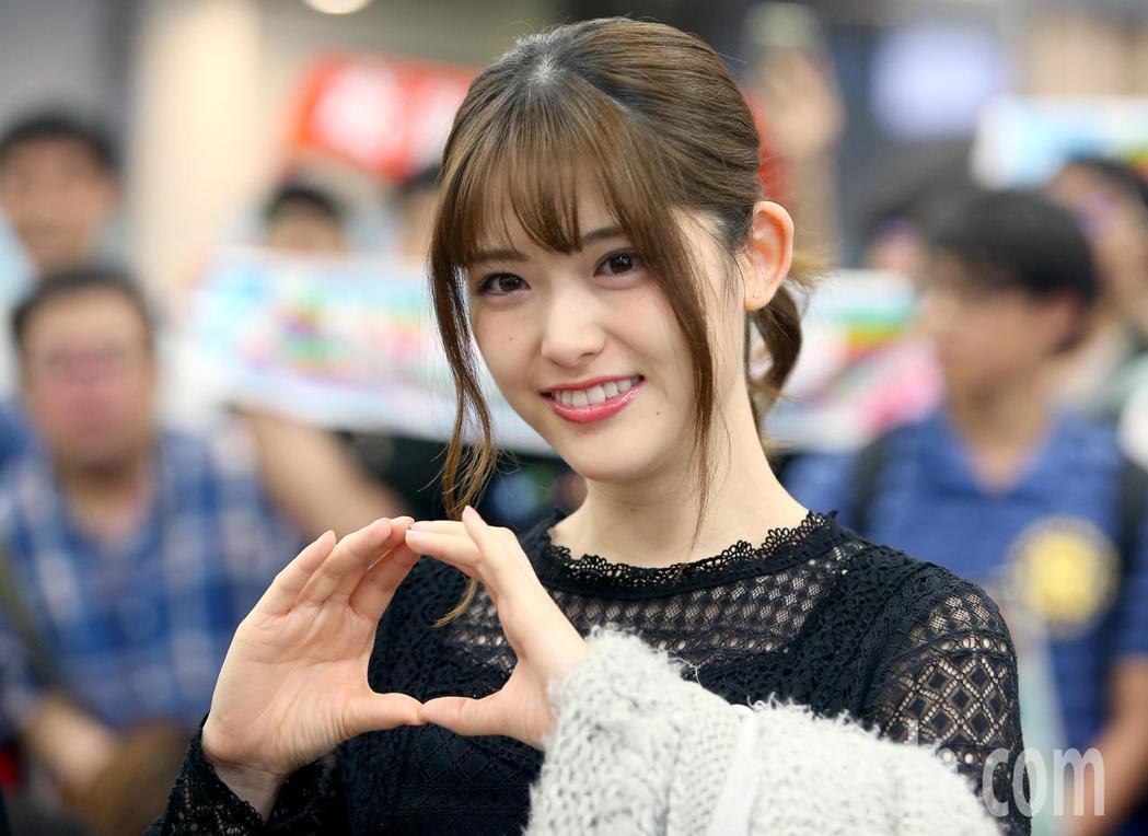 日本女子偶像團體 「乃木坂46」成員松村沙友理今天中午從松山機場抵台。記者余承翰...