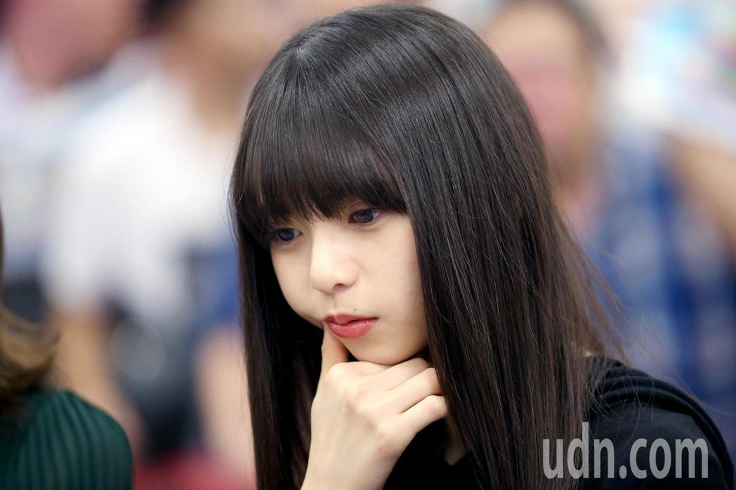 日本女子偶像團體 「乃木坂46」成員齋藤飛鳥今天中午從松山機場抵台。記者余承翰/...