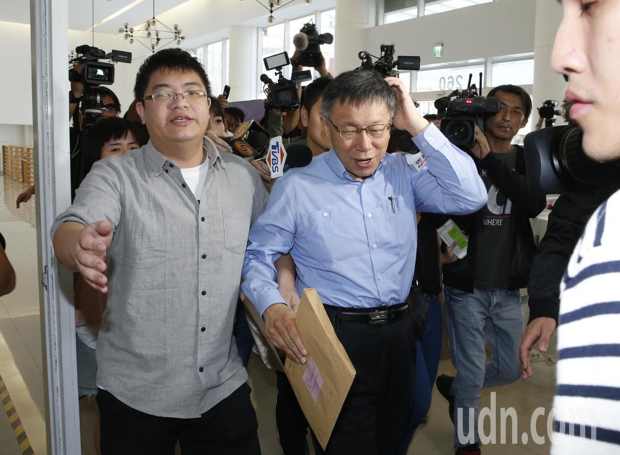 台北市長選舉第二次公辦政見發表會下午在新台北有線電視舉行,柯文哲(中)在工作人員...