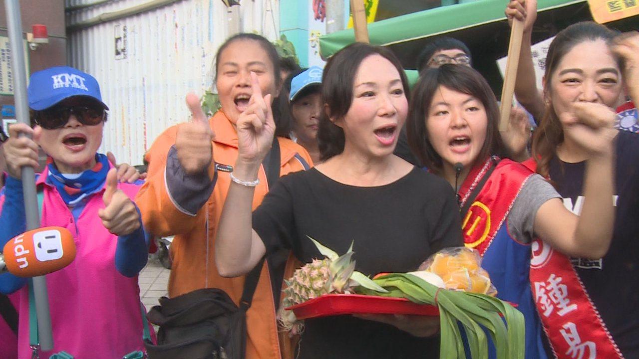 韓國瑜的太太李佳芬18日上午到鳳山肉豆公市場繼續拜票行程,為先生韓國瑜催出更多選...