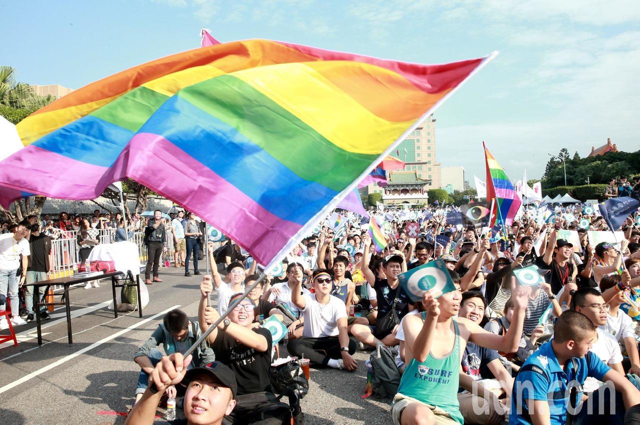 婚姻平權大平台下午在凱達格蘭大道舉辦「為愛返家--搭上幸福特快車」兩好三壞音樂會...