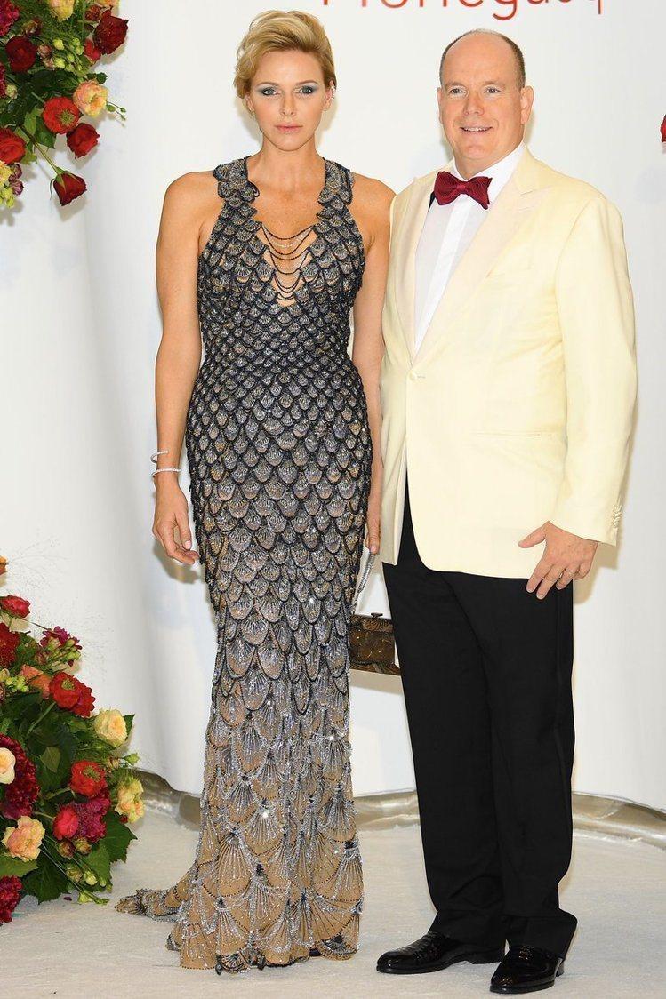 摩納哥王妃夏琳維德士托在今年度摩納哥紅十字舞會中,穿Versace的高級訂製服,...