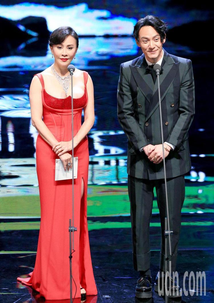 劉嘉玲換了另一件Versace紅色禮服,弧形的胸線設計讓她的上圍顯得更加豐滿,高...