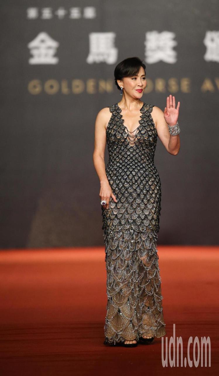 劉嘉玲昨日在金馬獎上選穿兩套Versace的禮服,紅毯上的銀色亮片裝看似魚鱗的排...